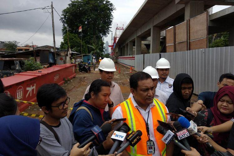Kepala Satuan Reskrim Polres Jakarta Timur AKBP Sapta Maulan Marpaung, melakukan olah TKP jatuhnya crane di Matraman, Senin (5/2/2018)