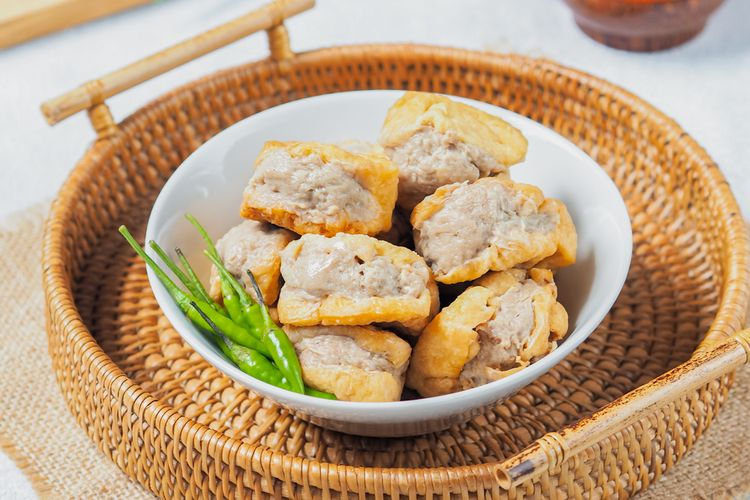 Ilustrasi tahu bakso goreng dan cabai rawit hijau untuk camilan.