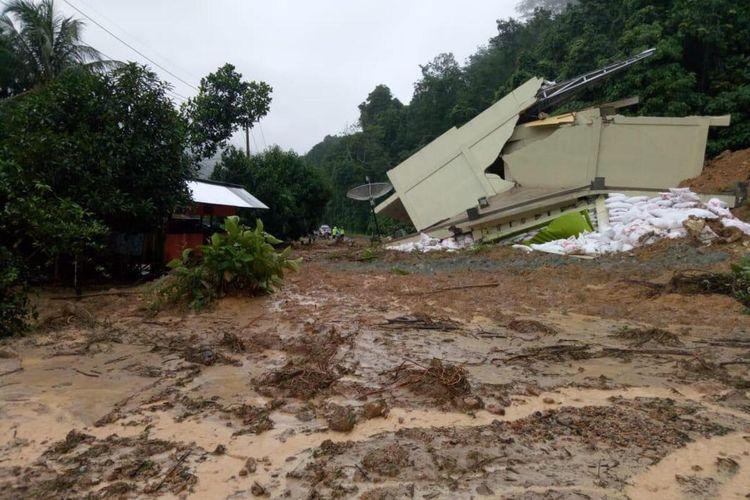 Rumah dokter hewan Kenedi di Sijunjung turun ke jalan sehingga membuat akses jalan Lintas Sumatera lumpuh total, Selasa (21/1/2020)