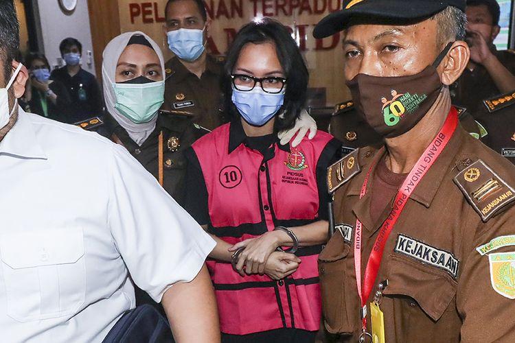 Tersangka kasus suap pengurusan pengajuan fatwa bebas Mahkamah Agung (MA) untuk membebaskan Djoko Tjandra, Pinangki Sirna Malasari berjalan usai menjalani pemeriksaan di gedung Bundar, Kejaksaan Agung, Jakarta, Rabu (2/9/2020). Kejaksaan Agung dan Direktorat Tindak Pidana Korupsi (Dit Tipikor) Bareskrim Polri memeriksa Jaksa Pinangki Sirna Malasari terkait pengurusan pengajuan fatwa Mahkamah Agung (MA) untuk membebaskan Djoko Tjandra dari eksekusi Kejaksaan Agung atas kasus korupsi hak tagih Bank Bali.