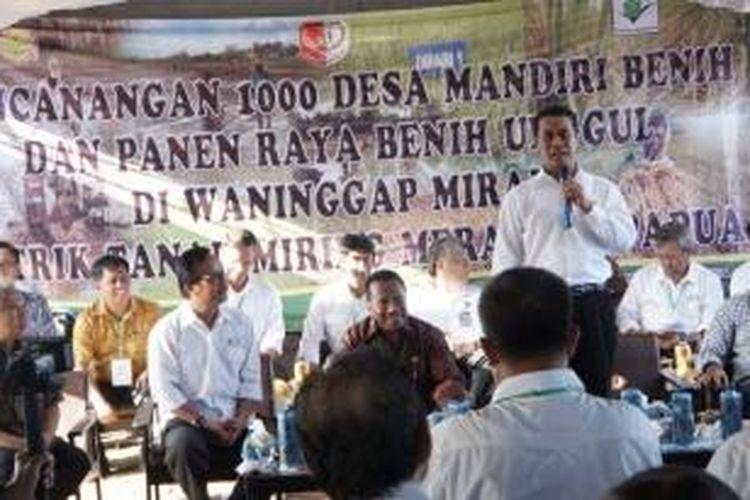 Menteri Pertanian Andi Amran Sulaiman di Kampung Waminggap Miraf SP 5, Distrik Tanah Miring, Kabupaten Merauke, Papua, Minggu (10/5/2015).