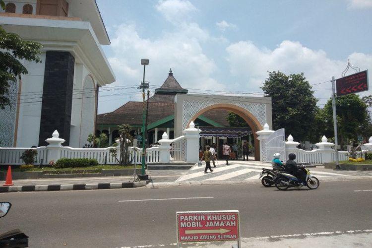 Presiden Joko Widodo saat memasuki Masjid Agung Sudirohusodo di Kabupaten Sleman untuk shalat Jumat, seusai melakukan kegiatan di TNGM Jurangjero, Magelang, Jumat (14/2/2020). ANTARA/HO-Humas Pemkab Sleman