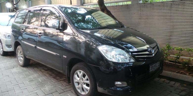 Mobil Toyota Innova warna hitam B 1103 NFR disita KPK terkait kasus dugaan pencucian uang Tubagus Chaeri Wardana alias Wawan. Foto diambil pada Jumat (14/3/2014).