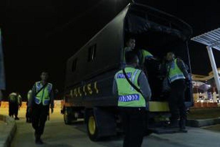Polisi muda Satuan Pengendalian Massa (Dalmas) Polres Cirebon tengah berganti tugas di Posko Tol Palimanan, Ahad (12/7/2015).