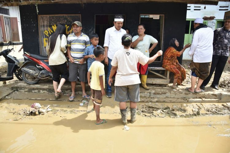 Dedi Mulyadi mendatangi lokasi banjir di Desa Ciledug Lor, Kecamatan Ciledug, Kabupaten Cirebon, Selasa (28/2/2018).