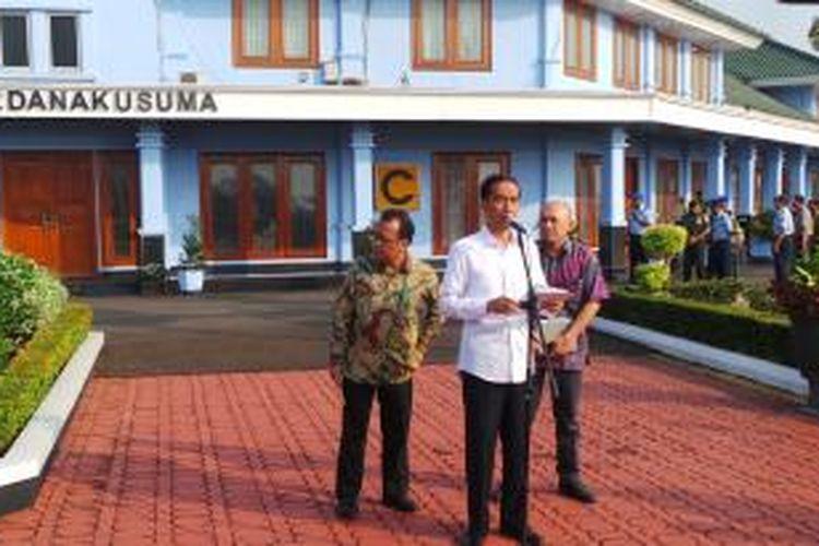 Presiden Joko Widodo mengumumkan pembentukan panitia seleksi Komisi Pemberantasan Korupsi di Bandara Halim Perdanakusuma Jakarta, Kamis (21/5/2015).