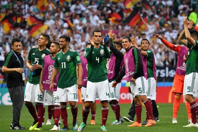 Rafael Marquez dkk membalas dukungan penonton di Stadion Luzhniki seusai timnas Meksiko menang atas juara bertahan Jerman, 17 Juni 2018.