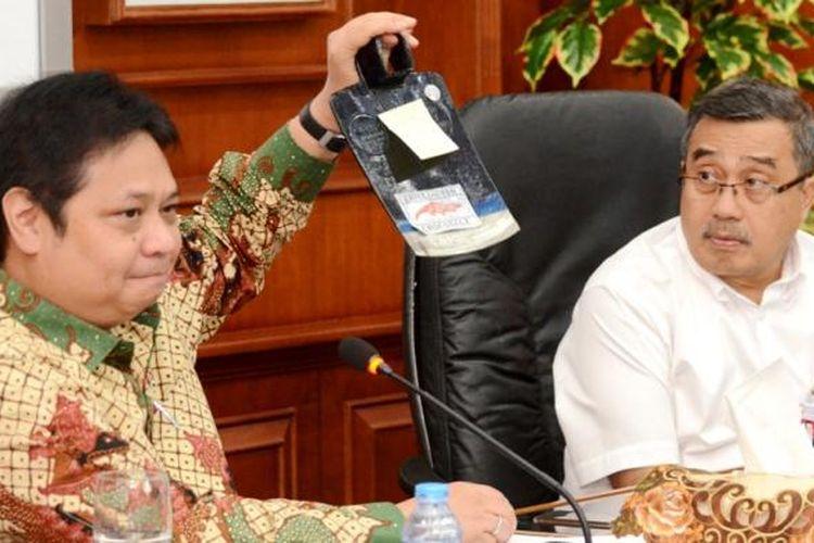 Menteri Perindustrian Airlangga Hartarto menunjukkan cangkul impor disaksikan Sekretaris Jenderal Kementerian Perindustrian Syarif Hidayat di Kementerian Perindustrian Senin (31/10/2016)