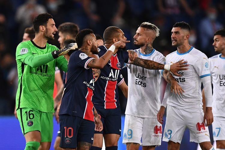 Para pemain Paris Saint-Germain dan para pemain Marseille bentrok pada akhir pertandingan Ligue 1 antara PSG vs Marseille di Stadion Parc de Princes di Paris pada 13 September 2020.