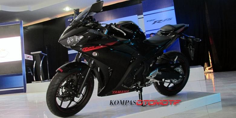 Yamaha R25 berwarna serba hitam.