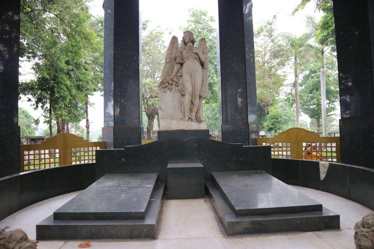 Makam O.G.Khouw dengan bangunan megah dan berhiaskan patung megah dari marmer.