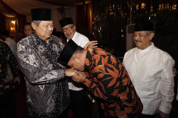 Mantan Panglima TNI Jenderal (Purn) Gatot Nurmantyo ketika mencium tangan Presiden keenam Susilo Bambang Yudhoyono.