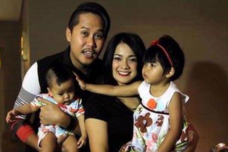 Artis peran dan pembawa acara Nirina Zubir bersama suaminya, gitaris Ernest Fardiyan Sjarif dan kedua anak mereka menghadiri acara pemutaran film Bidadari Bidadari Surga di Planet Hollywood XXI, Jalan Gatot Subroto, Jakarta Selatan, Selasa (4/12/2012).
