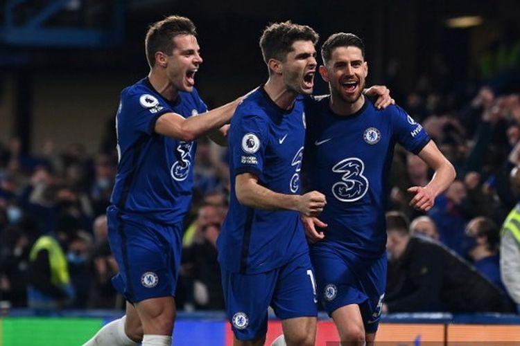 Jorgihno (kanan) marayakan gol penaltinya ke gawang Leicester City bersama Cesar Azpilicueta (kiri) dan Christian Pulisic. Chelsea menghadapi Leicester pada pekan ke-37 Liga Inggris 2020-2021 di Stamford Bridge, 18 Mei 2021.