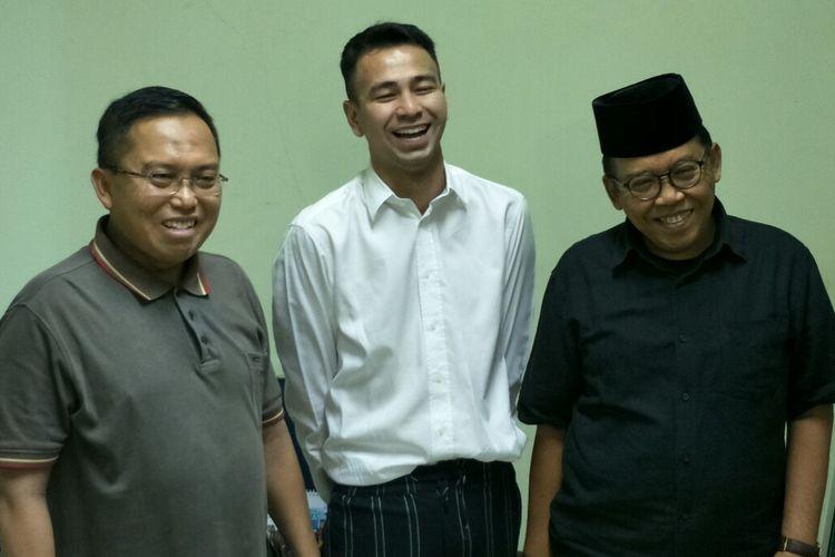 Raffi Ahmad bersama Wasekjen MUI Nadjamuddin Ramli (kiri) dan Ketua Komisi Infokom MUI Masduki Baidlowi di kantor pusat MUI, kawasan Menteng, Jakarta Pusat, Kamis (30/5/2019).