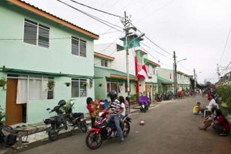 Warga beraktivitas di Kampung Deret RT 014 RW 01, Tanah Tinggi, Kecamatan Johar Baru, Jakarta Pusat, Senin (12/8/2013). Program Kampung Deret pertama di Jakarta ini dibangun menggunakan dana corporate social responsibilty (CSR).