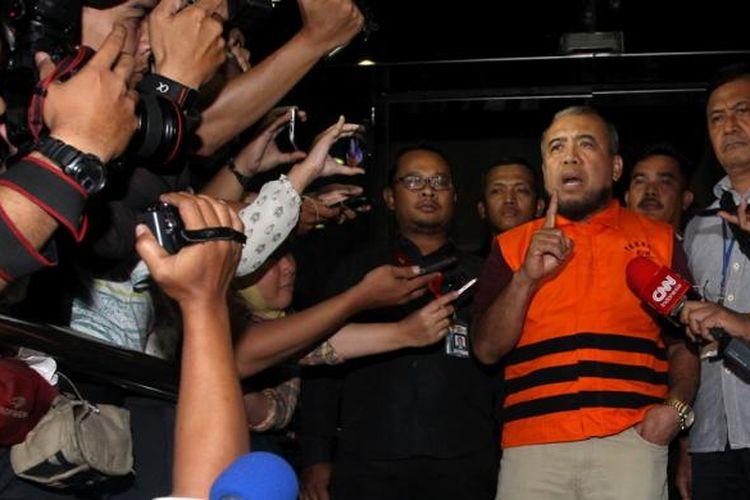 Hakim Mahkamah Konstitusi Patrialis Akbar ditahan usai diperiksa Komisi Pemberantasan Korupsi (KPK) di gedung KPK, Jakarta, Jumat (27/1/2017). KPK menetapkan empat orang tersangka dalam operasi tangkap tangan yakni hakim Mahkamah Konstitusi Patrialis Akbar, pengusaha swasta yang diduga penyuap Basuki Hariman, dan sekretarisnya NG Fenny serta Kamaludin sebagai perantara terkait dugaan suap uji materi Undang-Undang Nomor 41 Tahun 2014 tentang Peternakan dan Kesehatan Hewan.