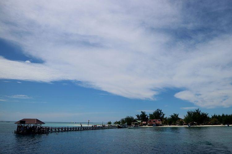 Panorama Pulau Tinabo dilihat dari atas kapal di kawasan Taman Nasional Taka Bonerate, Kabupaten Kepulauan Selayar, Sulawesi Selatan, Rabu (1/5/2019). Taman Nasional Taka Bonerate merupakan salah satu taman nasional laut di Indonesia yang memiliki panorama bentang laut dan bawah laut yang indah.