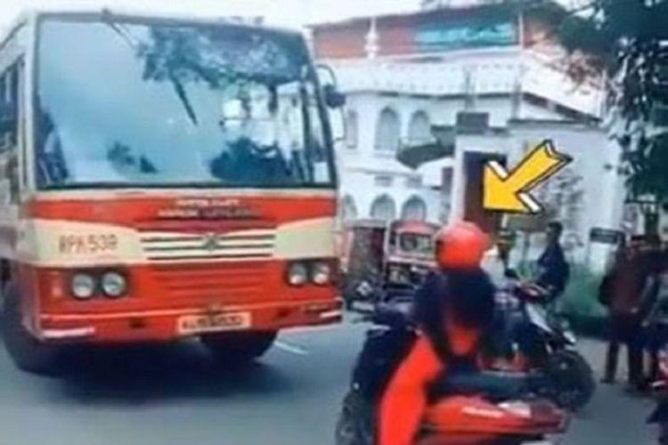 Pengendara motor di India menjadi viral dan menuai pujian setelah tidak bergerak ketika ada bus yang melawan arus.