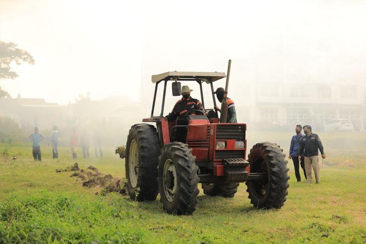 Wali Kota Madiun Maidi bersama kelompok tani, saat membuka lahan tidur menjadi lahan produktif, di area  pertanian Dinas Perumahan dan Pemukiman (Perkim) Kecamatan Nambangan Lor, Kota Madiun, Jumat (3/7/2020).