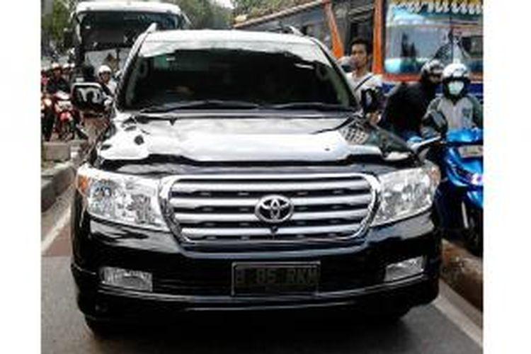 Mobil Toyota Land Cruiser bernomor polisi B 85 RKM memaksa masuk ke busway di Jalan Warung Jati Barat dekat halte Pejaten Philips, Pejaten, Jakarta Selatan, Kamis (1/8/2013) sore.