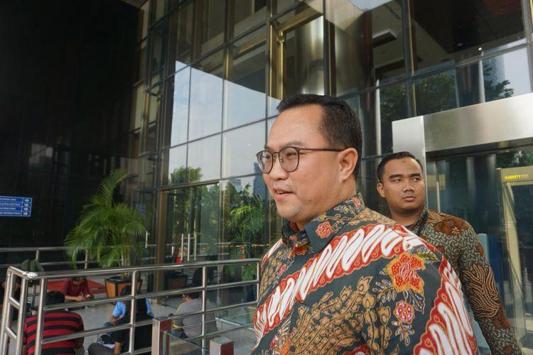 Komisaris Utama PT Perkebunan Nusantara III Arif Satria berjalan meninggalkan Gedung Merah Putih KPK usai menjalani pemeriksaan, Jumat (13/12/2019).