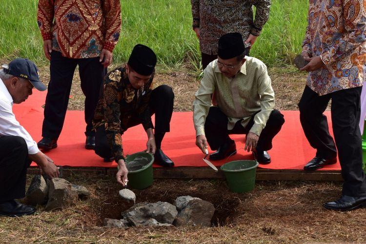 Peletakan batu pertama oleh Presiden Joko Widodo untuk mengawali pembangunan kampus Universitas Islam Internasional Indonesia (UIII) di Kompleks RRI, Cimanggis, Depok, Jawa Barat, Selasa (5/6/2018).