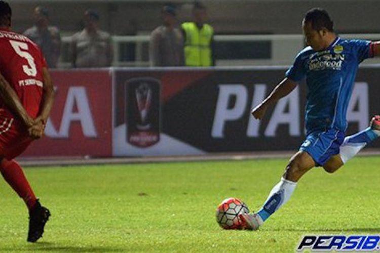 Kapten Persib, Atep, mencoba melepas tembakan sementara bek Semen Padang, Novrianto, menghalangi-halanginya pada laga perebutan tempat ketiga Piala Presiden 2017 di Stadion Pakansari, Sabtu (11/3/2017).