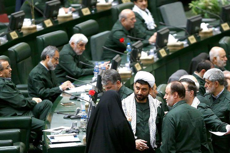 Suasana pertemuan Parlemen Iran. Para politisi di sana mengenakan seragam Garda Revolusi sebagai bentuk protes atas keputusan Amerika Serikat (AS) memasukkan cabang elite militer Iran itu sebagai organisasi teroris.