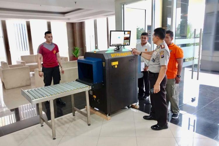 Polda Sumbar memasang alat X-ray untuk memeriksa pengunjung yang datang ke Mapolda Sumbar, Kamis (14/11/2019)
