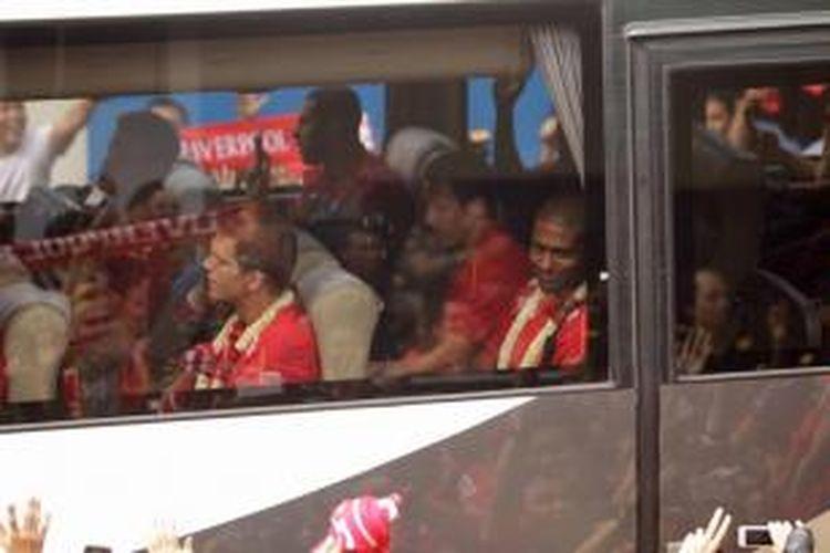 Pemain Liverpool tiba di Bandara Udara Halim Perdanakusuma, Jakarta, Rabu (17/7/2013). Rencananya tim asal Inggris ini akan menjalani laga persahabatan dengan tim Indonesia di Stadion Utama Gelora Bung Karno pada Sabtu, 20 Juli 2013.