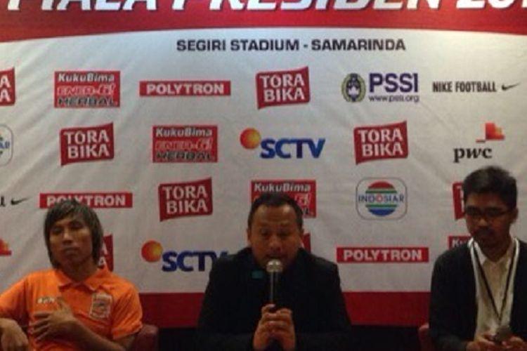 Ricky Nelson dan Asri Akbar (kiri) hadir pada jumpa pers seusai laga antara Pusamania Borneo FC dan Persib Bandung di Stadion Segiri, Kamis (2/3/2017).