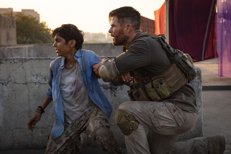 Chris Hemsworth dalam salah satu adegan di film Extraction dok. Netflix