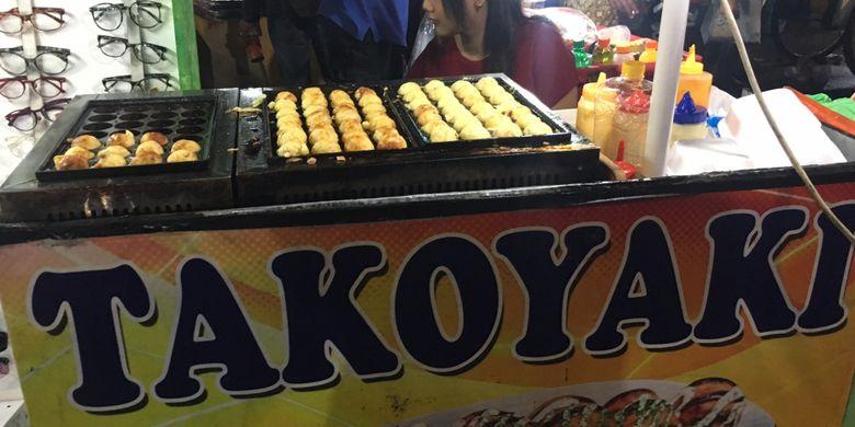 Kuliner takoyaki yang ada di kawasan kota tua Jakarta saat malam tahun baru, Minggu (31/12/2017).