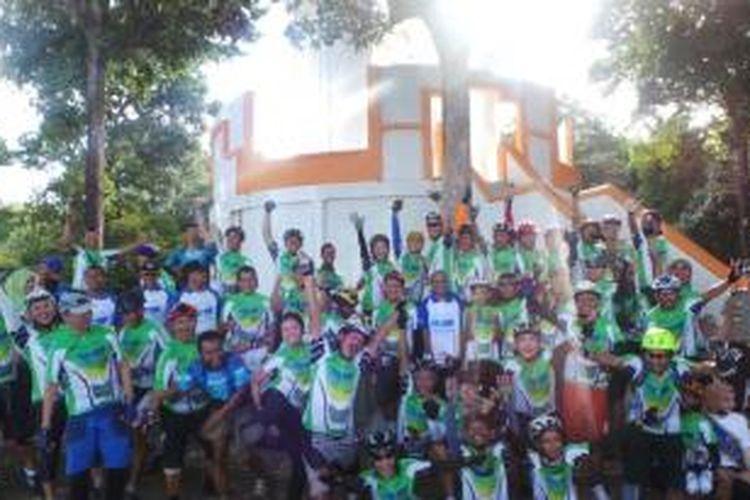 Para peserta Jelajah Sepeda Sabang-Padang berpose bersama sebelum memulai perjalanan, Sabtu (31/8/2013).