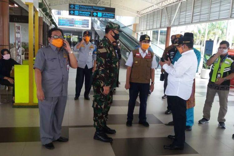 Gubernur Riau Syamsuar mengunjungi Bandara SSK II Pekanbaru sebelum ditutupnya penerbangan penumpang mulai 25 April hingga 1 Juni 2020 mendatang, Jumat (24/4/2020). Penerbangan penumpang dihentikan sementara terkait  larangan mudik lebaran untuk mencegah Covid-19.