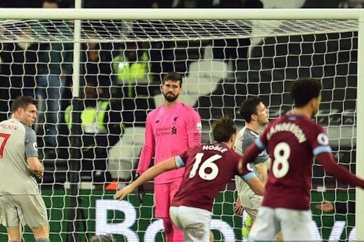 Alisson Becker tampak kecewa seusai gawangnya dijebol Michail Antonio pada pertandingan West Ham United vs Liverpool di Stadion London dalam lanjutan Liga Inggris, 4 Februari 2019.