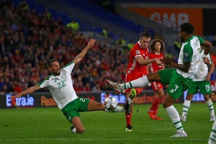 Penyerang Wales, Gareth Bale, melepas tembakan di antara para pemain belakang Irlandia dalam pertandingan UEFA Nations League di Stadion Cardiff City, 6 September 2018.