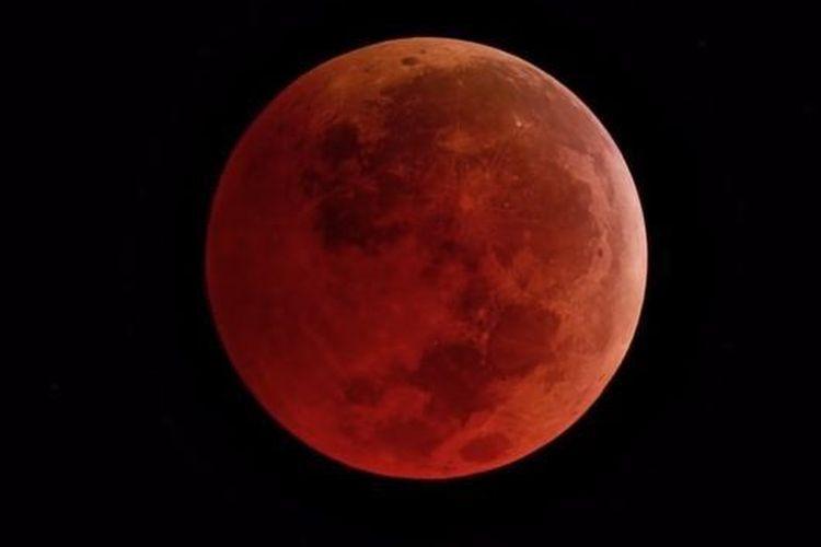 Ilustrasi selama gerhana bulan total, sinar matahari disaring oleh atmosfer bumi dan bulan berwarna oranye. [NASA VIA BBC INDONESIA]