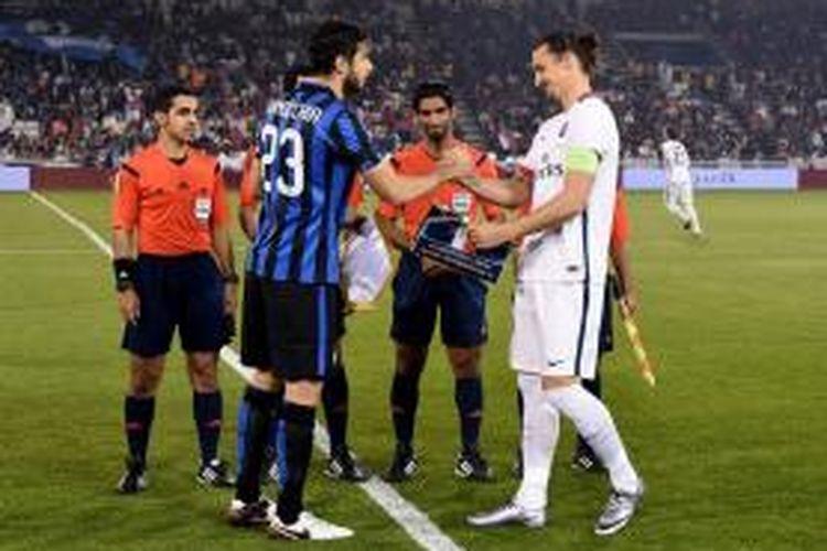 Kapten Inter Milan dan PSG, Andrea Ranocchia dan Zlatan Ibrahimovic, bersalaman jelang laga persahabatan di Qatar, Rabu (30/12/2015).