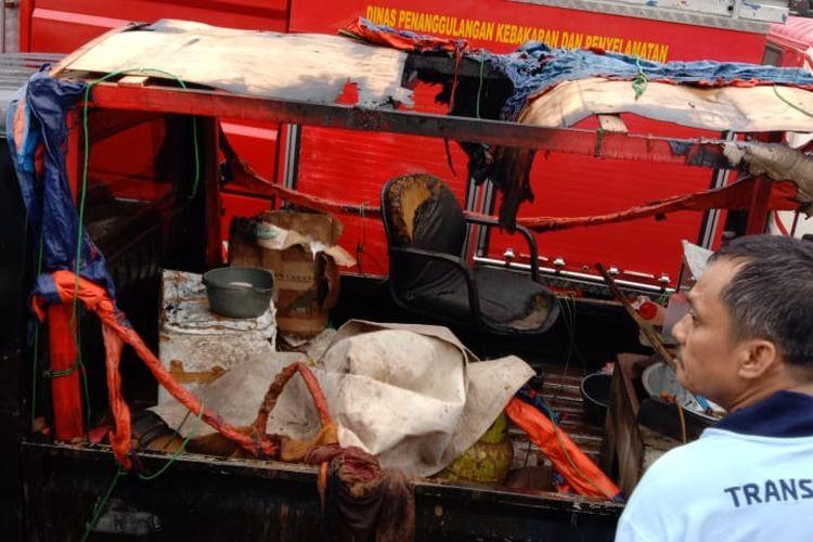 Sebuah mobil penjual tahu bulat milik Apin terbakar di kawasan Kanal Banjir Timur, Pondok Kelapa, Duren Sawit, Jakarta Timur pada Minggu (14/2/2021) sekitar pukul 17.48 WIB.