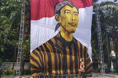 Detik-detik Pelantikan, Lukisan Raksasa Presiden Jokowi Pakai Lurik dan Blangkon Terpasang di Solo