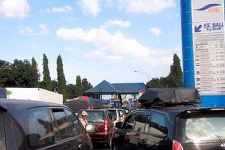 Pelabuhan Ketapang - Gilimanuk yang menjadi pusat penyeberangan Jawa-Bali ditutup sementara karena kondisi cuaca memburuk.