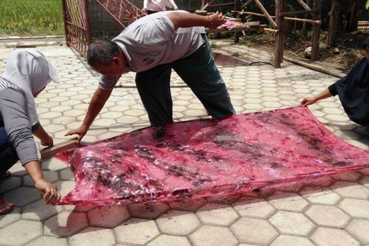 Pengrajin batik di Kendal, saat menjemur kain yang diwarnai. Kompas.Com /Slamet Priyatin