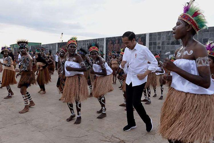 Presiden Joko Widodo atau akrab disapa Jokowi, ikut melakukan Tarian Seka bersama warga yang menyambut kunjungannya di Kabupaten Kaimana, Papua Barat, Minggu (27/10/2019). Dalam kunjungannya, Jokowi dan Ibu Negara Iriana menikmati senja di Kaimana dengan duduk di tepi anjungan Laut Arafuru saat langit mulai memerah.