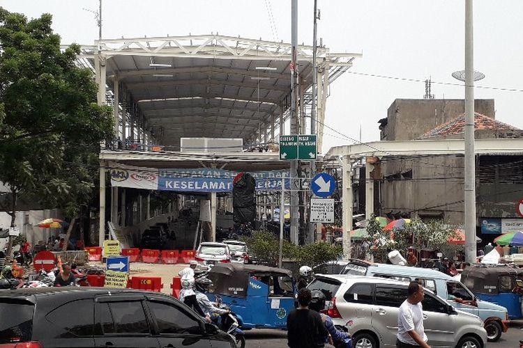 Proyek jembatan layang multiguna atau skrybridge Tanah Abang, Jalan Jatibaru Raya, Jakarta Pusat pada Minggu (14/10/2018).