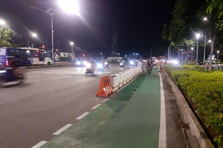 Pengguna sepeda Road Bike menikmati uji coba pengguna sepeda Road Bike di perbolehkan masuk jalur cepat Sudirmam -Thamrin, Selasa (8/6/2021)