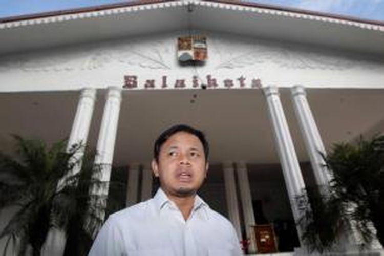 Wali Kota Bogor Bima Arya di depan Balaikota Bogor, Jawa Barat, 8 April 2014. Hari pertama bertugas sebagai wali kota, Bima Arya melakukan apel pagi di Plaza Balaikota, meninjau kantor pegawai dan sejumlah lokasi, antara lain Puskesmas Bogor Timur.