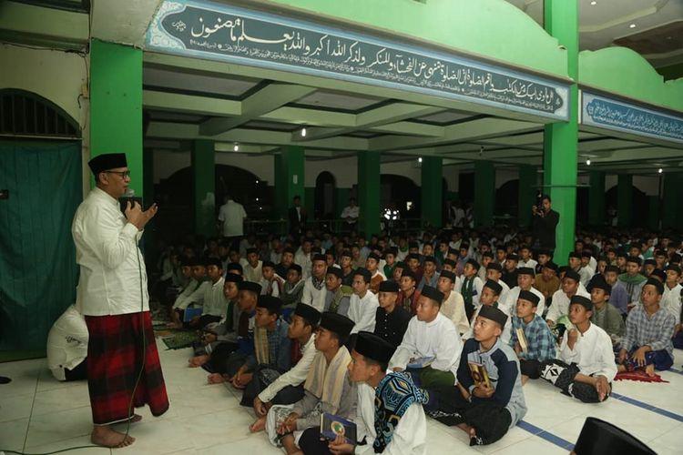 Gubernur Banten Wahidin Halim mengajak ratusan santri di Pondok Pesantren La Tansa Kabupaten Lebak mendoakan BJ Habibie, Rabu (11/9/2019)