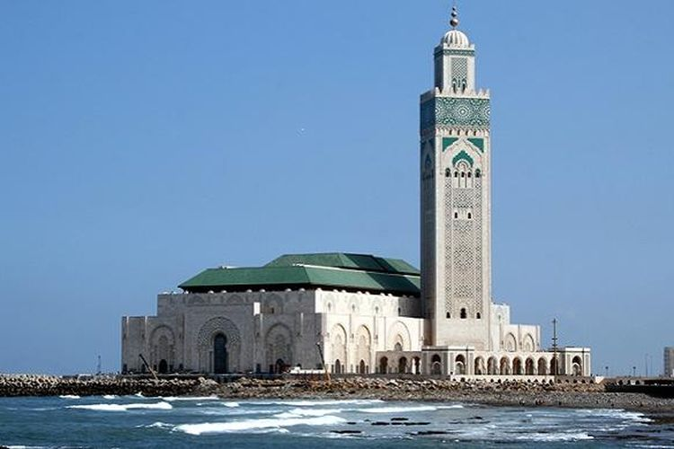 Grande Mosquée Hassan II ini adalah yang terbesar di Maroko dan Afrika. Masjid ini juga terbesar ke-7 di dunia dan memiliki menara tertinggi di dunia.